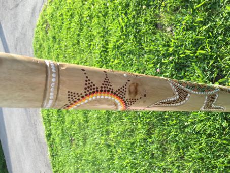 Didgeridoo Teak geschnitzt und bemalt neu